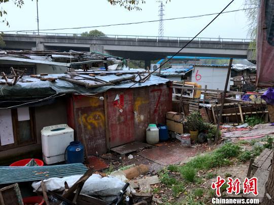 """""""水上村寨""""的住户,用砖瓦布料等各种建材,在船上砌起房屋。 王子涛 摄"""