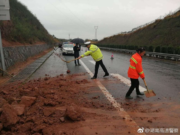 30日,湖南娄怀高速路上因夜间暴雨引发滑坡。(图片来源:新浪微博)