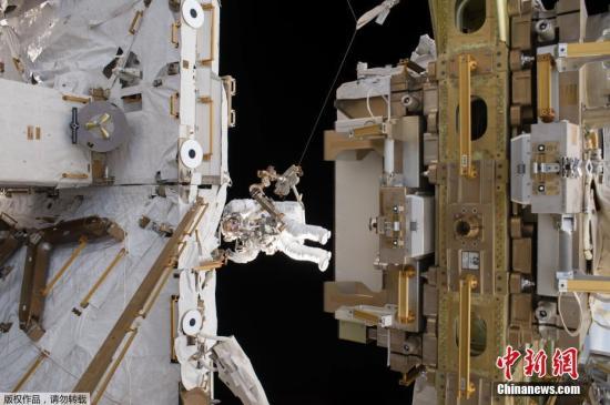 资料图:国际空间站的2位宇航员进行太空行走。