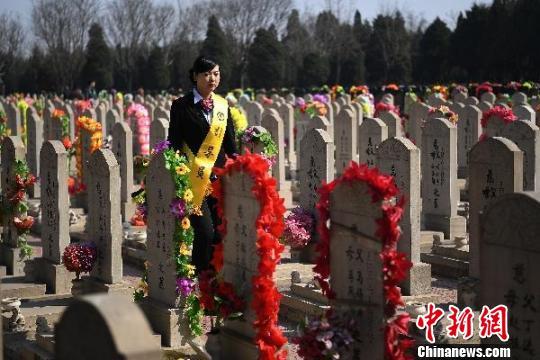 32岁的尧雯雯是山西太原永安殡仪馆的一名殡葬礼仪师,负责接待、引导逝者家属进行丧葬活动,也是丧事活动的礼仪师。一抹淡妆、一身黑西服、一副白手套,尧雯雯的工作由此开始。 武俊杰 摄