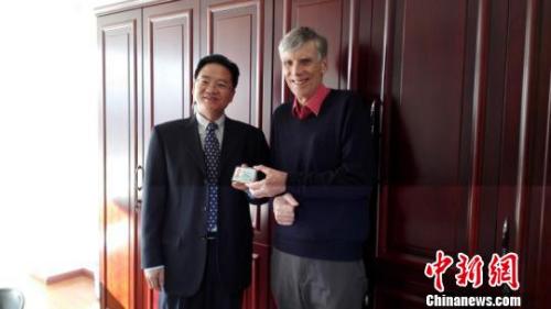 图为云南省外国专家局向高力行博士颁发云南省首张《外国人工作许可证》。 钟欣 摄