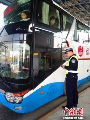 《营运客车安全技术条件》今起实施。 图为一辆客车正接受交警检查。(资料图)