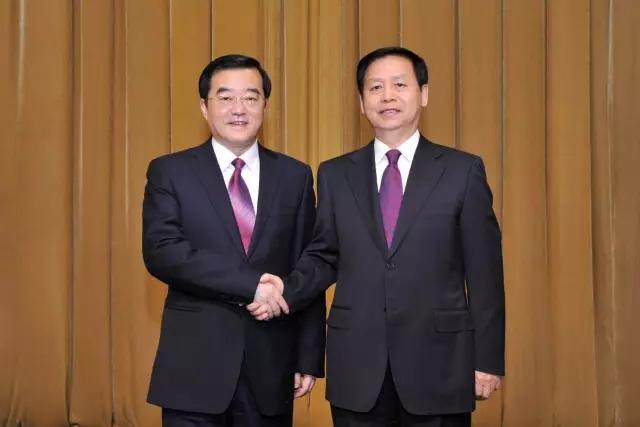 王宪魁同志与张庆伟同志握手并合影