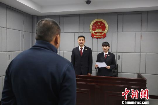图为:检察人员正在宣读不起诉处理。 温州市人民检察院 摄