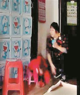 图为:戴某脚踢妮妮,还扇耳光将孩子打得摔倒(视频截图)