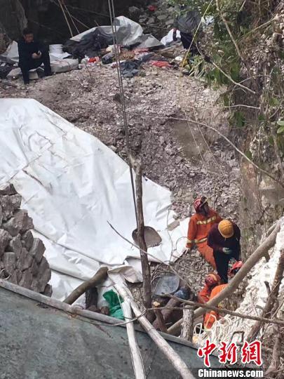 浙江乐清一采石洞产生坍塌 被困两人尚未得救 钟新 摄