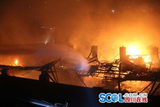 宜宾一印刷厂火灾火光点亮半个城 2小时后被扑灭