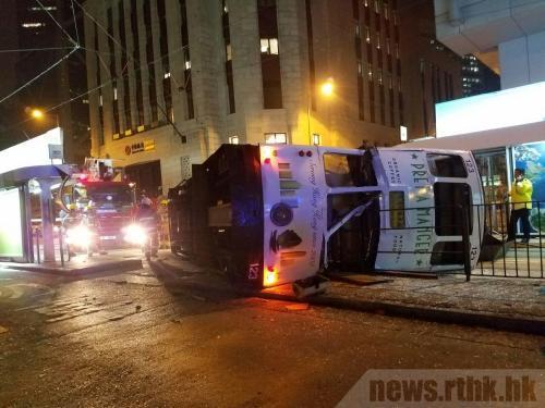 电车脱轨翻侧后,大批警员及消防人员赶到现场拯救被困乘客。(图片来源:香港电台网站)