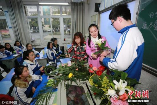 资料图:湖北省襄阳市,襄阳二十四中将走班制选修课带入学生课堂,以此促进学校素质教育的发展。图片来源:视觉中国