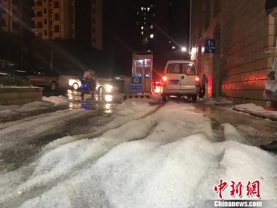 4月5日18时至21时,贵州省中西部一线出现雷雨、大风、冰雹等强对流天气。图为冰雹过后,地上白茫茫一片。 黄蕾瑾 摄