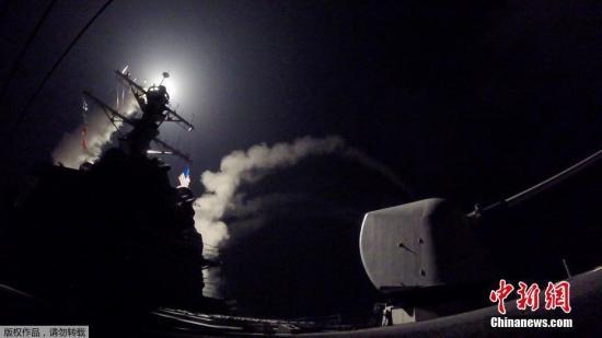 美军阿利・伯克级驱逐舰波特号对叙利亚空军基地发射导弹瞬间。