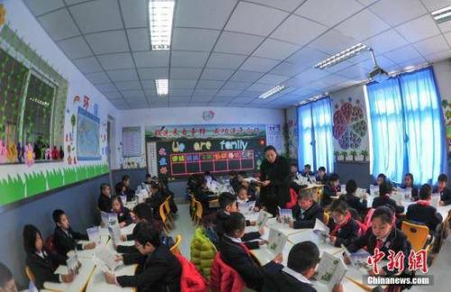 资料图 学生在教室上语文课。中新社记者 于海洋 摄