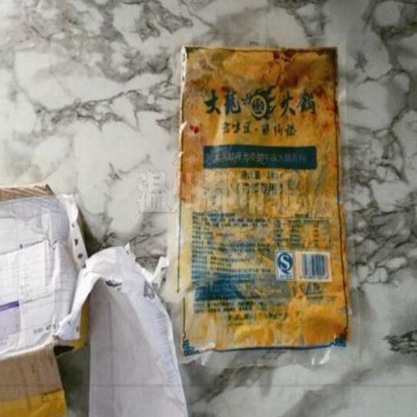 """地沟油加工点发现""""大龙燚""""包装袋。温州都市报 图"""
