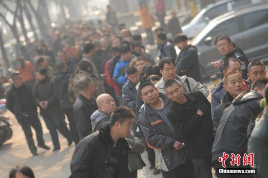 """资料图:山西太原劳动力市场开放""""4050""""公益岗位招聘,千余名年龄在40岁至50岁的下岗职工排着长队求职。中新社发 韦亮 摄"""
