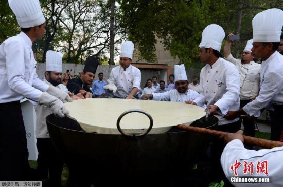 印度民众制作巨无霸油饼 欲挑战印度记录