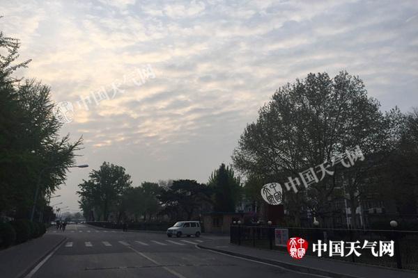 今晨,北京上空云量较多。