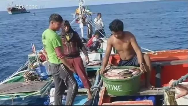 ▲正在捕鱼的菲律宾渔民