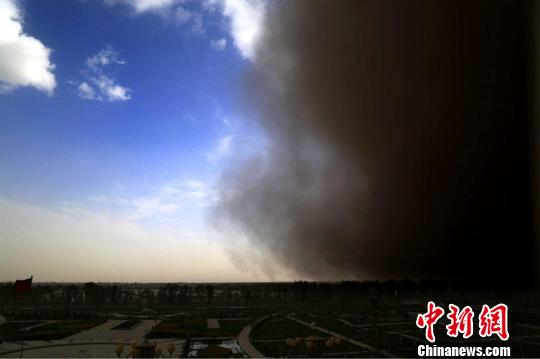 10日下午19时许,新疆兵团第二师塔里木垦区突遭强沙尘暴袭击。 胡俊建 摄