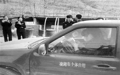 葫芦岛:女老赖撒泼躲车中对抗执法