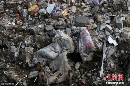 资料图:2016年7月17日,江苏省海门市的江心沙农场新江海河一座桥附近偷倒的垃圾。据运载垃圾货船上的船员透露,这些垃圾也是从上海运来。图片来源:视觉中国