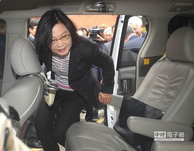 台湾长荣货机降落时起落架爆胎 延误21个航班