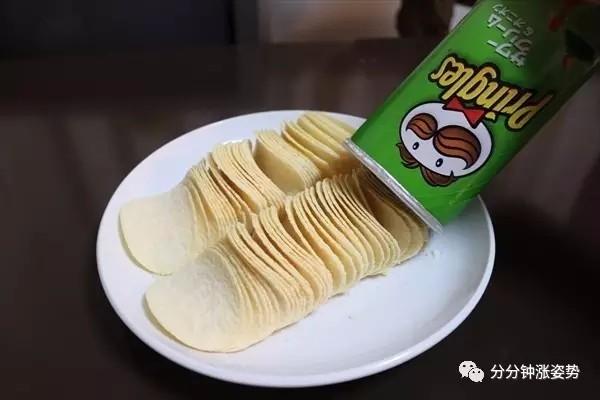 吃桶装薯片的你,蠢得就像一只大猩猩。