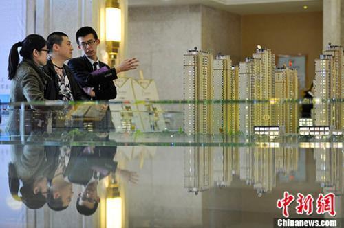 资料图:置业顾问向民众推荐商品房户型。 中新社记者 韦亮 摄