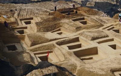图为平易近房下发明的年龄战国时代古墓群图/视觉中国