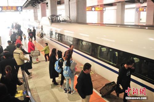 资料图:站台上准备乘车的乘客  中新社记者 刘冉阳 摄