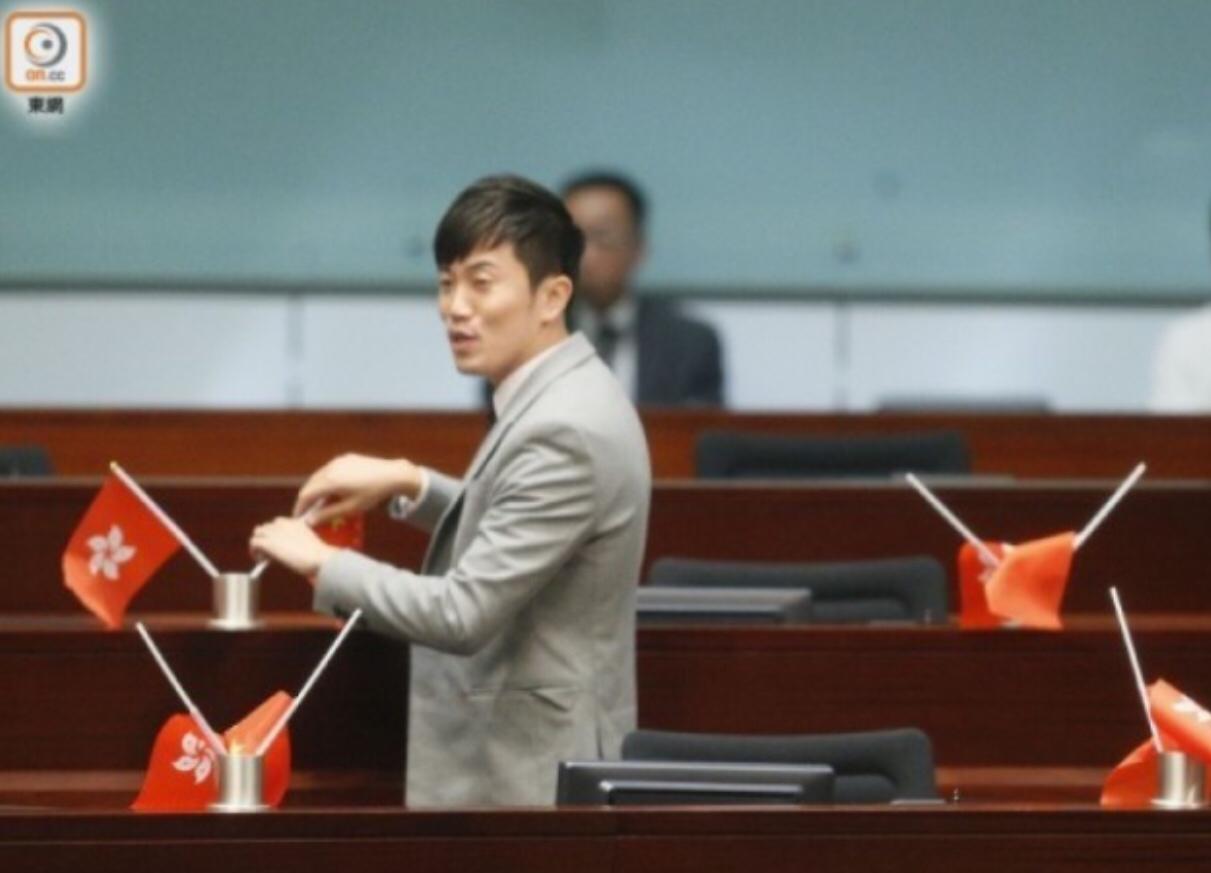 """""""港独""""议员法院应诉 遭示威者抗议:滚出香港"""