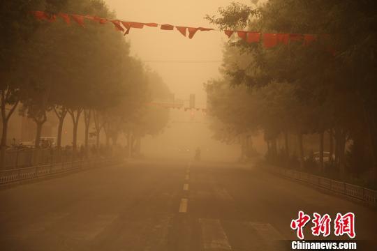 新疆南部地区遭沙尘暴袭击黄沙漫天(图)