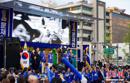 韩国最大在野党共同民主党总统候选人文在寅(图中)在首尔光化门广场参加竞选造势活动。中新社记者 吴旭 摄