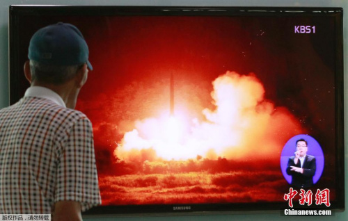 资料图:韩国首尔,韩国民众观看有关朝鲜导弹发射的新闻报道。