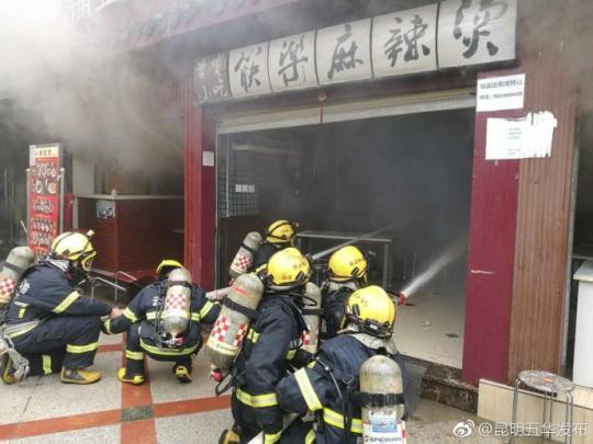 昆明市中心一美食城液化气罐爆炸 幸未造成人员伤亡