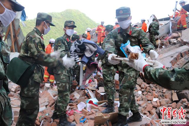180余名武警官兵紧急驰援陕西白河山体滑坡