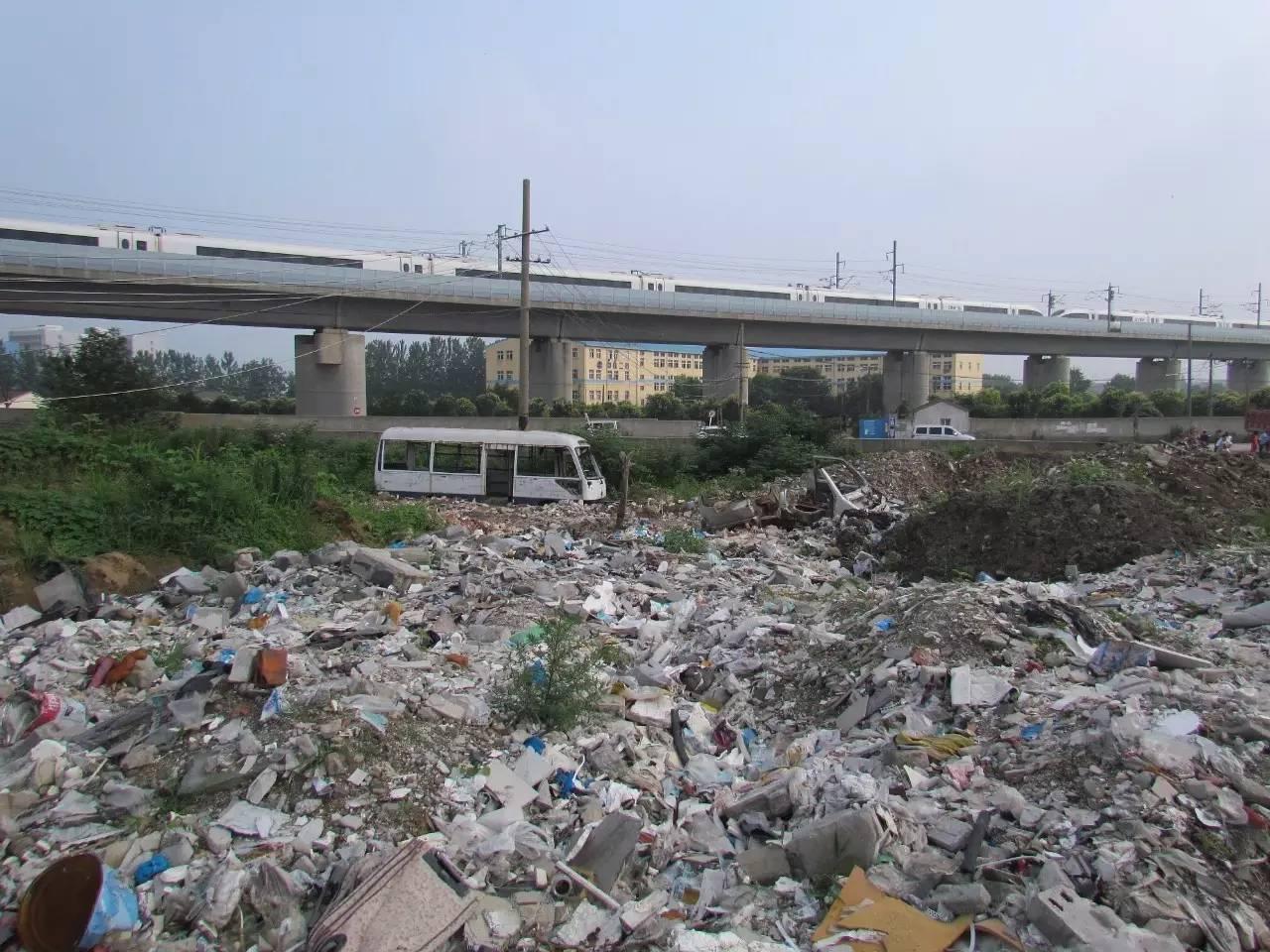"""△江苏南京:高铁下方的""""垃圾场""""。"""
