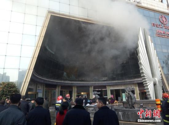 """资料图:2月25日,江西南昌市红谷滩新区一家名为""""白金汇海航酒店""""的星级酒店发生火灾。刘占昆 摄"""
