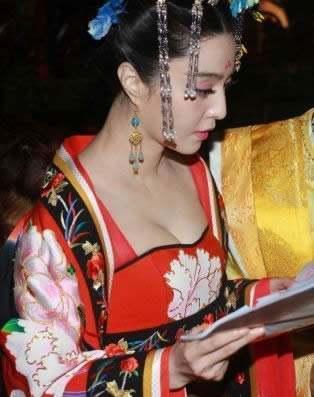 旁人穿短袖范爷穿长袖,但是头上的头纱造型确定不是学太子妃?