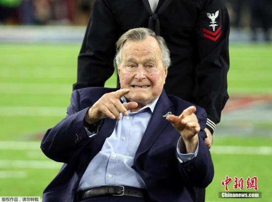 """资料图:美国国家橄榄球联盟年度冠军赛""""超级碗""""在休斯敦举行,美国在世最年长前总统老布什(George H。 W。 Bush)携妻子芭芭拉(Barbara Bush)亮相。"""