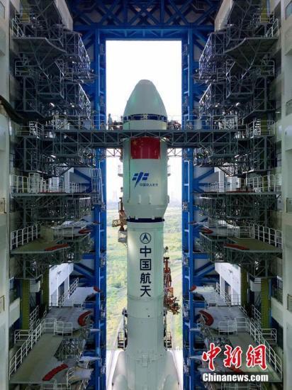 """4月17日7时30分,承载着长征七号遥二运载火箭与天舟一号货运飞船组合体的活动发射平台驶出总装测试厂房,平稳行驶约2.5小时后,垂直转运至发射区。垂直转运的顺利完成,标志着""""天舟一号""""飞行任务正式进入发射阶段。张文军 摄"""