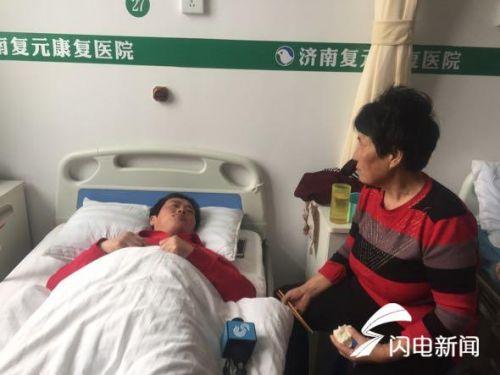 记者在病房见到银丕芝的时候,婆媳二人正在吃饭