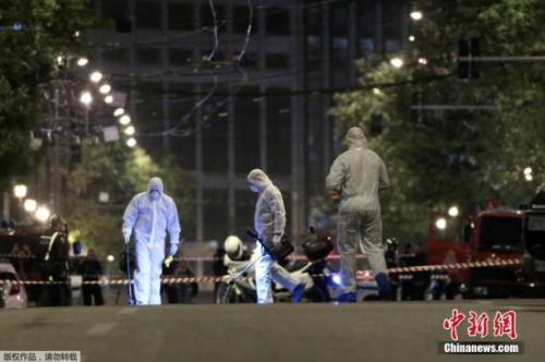 执法人员在爆炸现场进行调查。