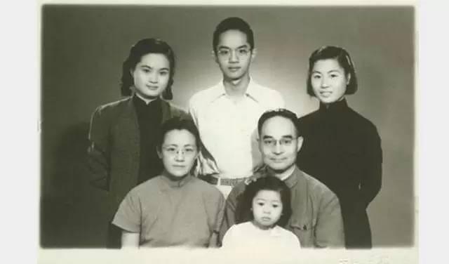 吴敬琏与父母和大姐 吴敬媛(后排左一)和二姐 吴敬瑜(后排右一)