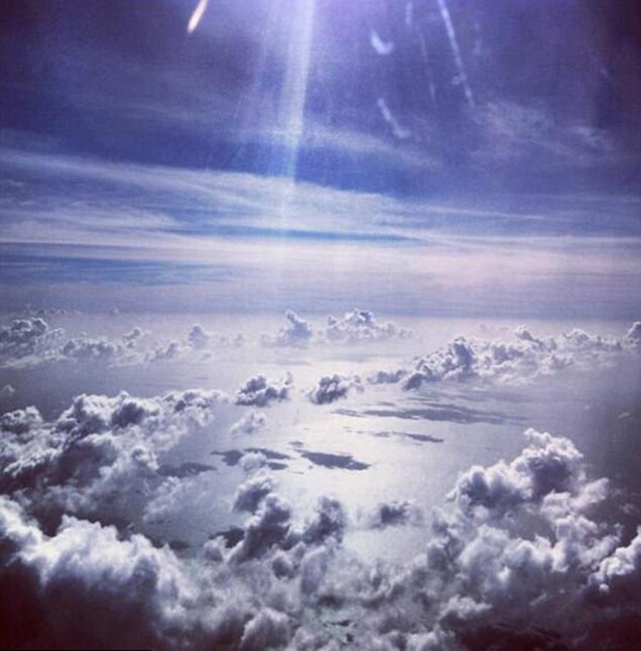 """2013年乘坐私人飞机旅行时,梅拉尼娅兴奋地写道:""""在天上""""。"""
