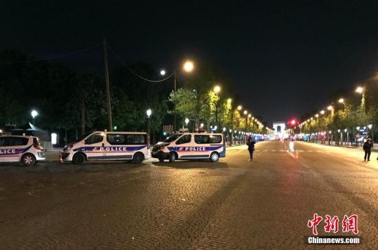 法国首都巴黎著名商业街香榭丽舍大道20日晚发生枪击事件,造成警察一死两伤。图为警方封锁香榭丽舍大道周边地带。中新社记者 龙剑武 摄