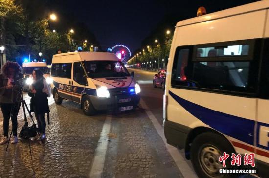 """法国首都巴黎著名商业街香榭丽舍大道20日晚发生枪击事件,造成警察一死两伤,枪手也被警方开枪击毙。 法国总统奥朗德随后宣布,确信事件调查方向为""""恐怖主义""""。图为警方封锁香榭丽舍大道周边地带。中新社记者 龙剑武 摄"""
