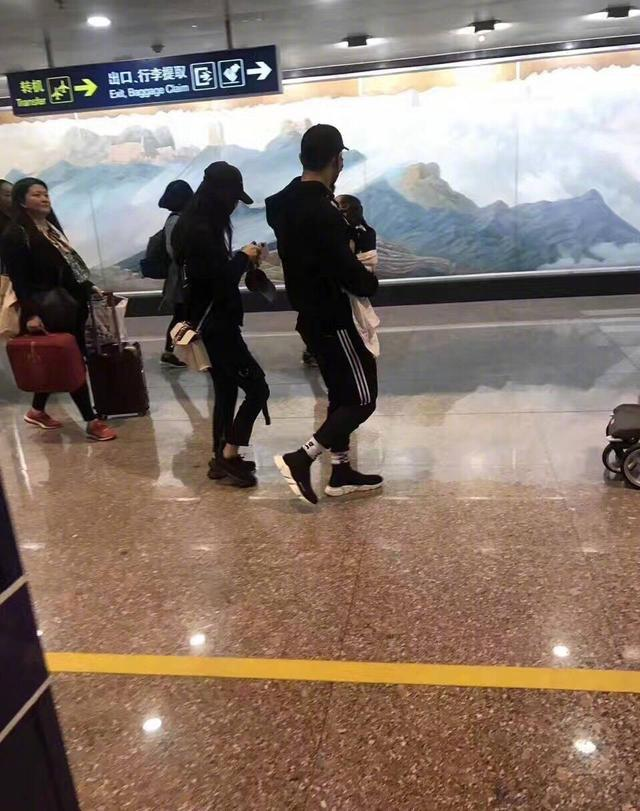 黄晓明夫妇深夜同框现身机场,AB脚上的鞋很不给晓明哥面子啊