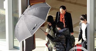 为美白疯狂!范冰冰把自己裹成绿色外星人,杨幂冬天都打防晒伞!