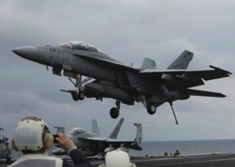 """F-18战机降落""""卡尔文森号""""时失败弹出机舱。(资料图片)"""