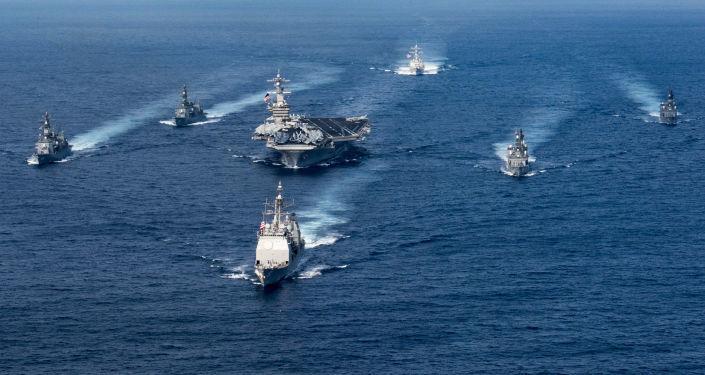 """日本驱逐舰与美国""""卡尔·文森"""" 号航母23日在西太平洋展开联合演习"""